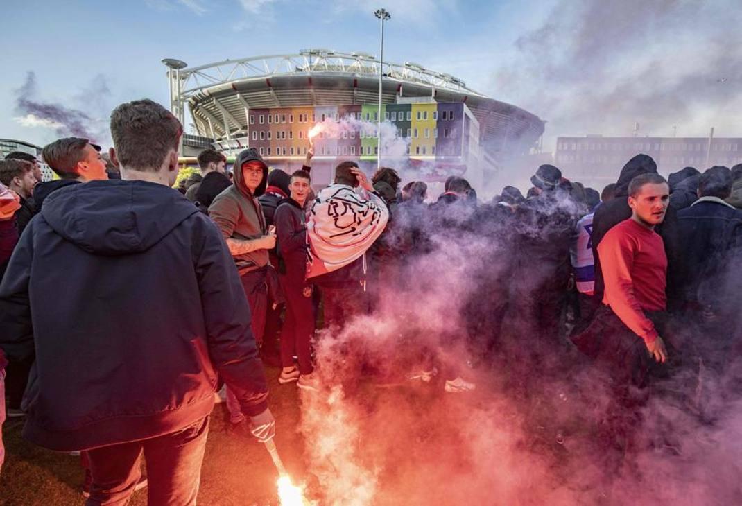 Fumogeni e bandiera dell'Ajax fuori dallo stadio di Amsterdam
